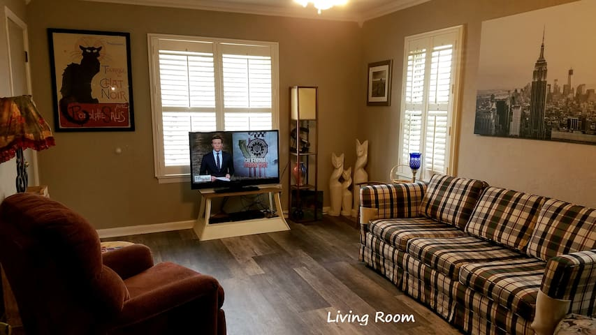 Gather in the comfy living area with seating for six!