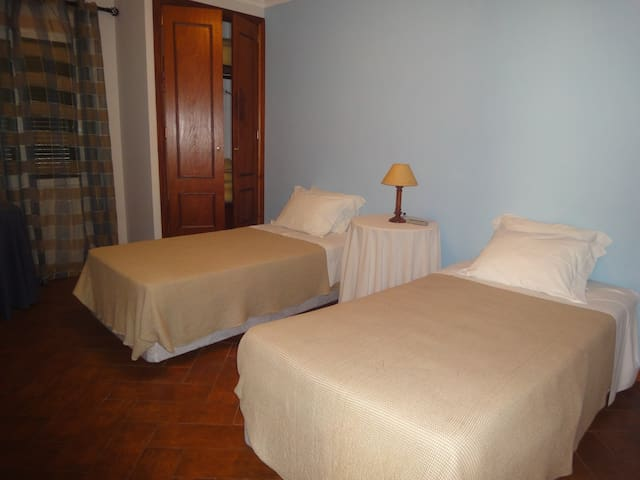 Quiet studio/room in Funchal w/ private WC - Funchal - House