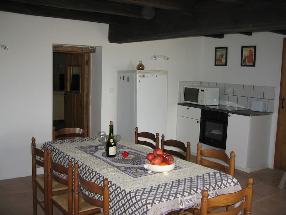 Well equipped kitchen/dining room