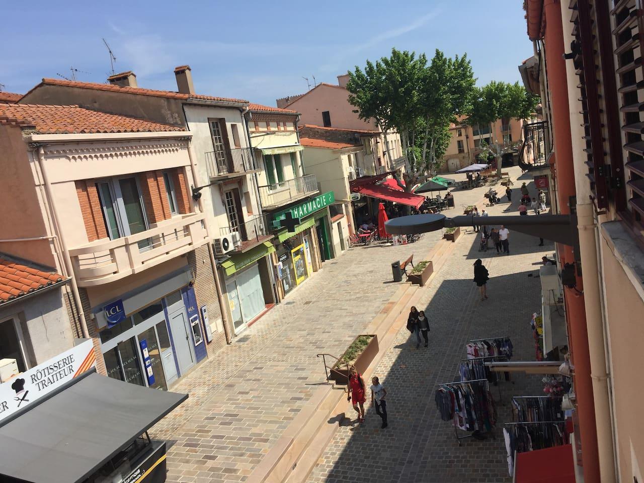 Avenue de la libération  66700 Argelès sur Mer Rue commerçante avec tous les commerces , restaurants , cafés  Pour des moments tranquilles