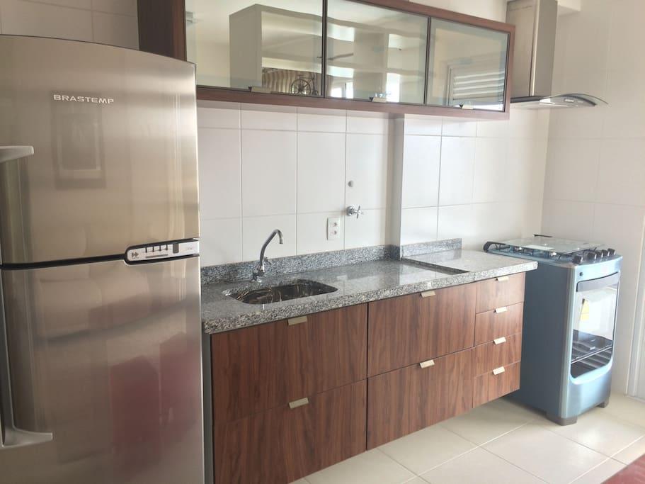 Cozinha planejada com geladeira e figão