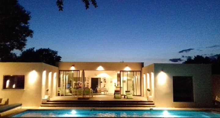 Villa contemporaine au calme avec piscine couloir