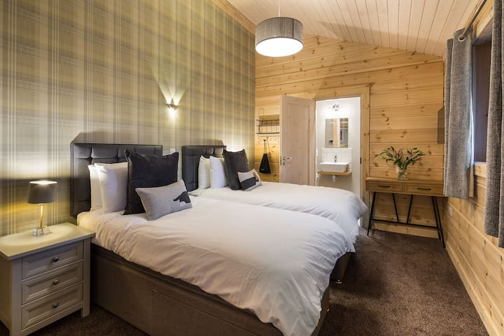 Swaledale Luxury Hot Tub Log Cabin with Log Fire