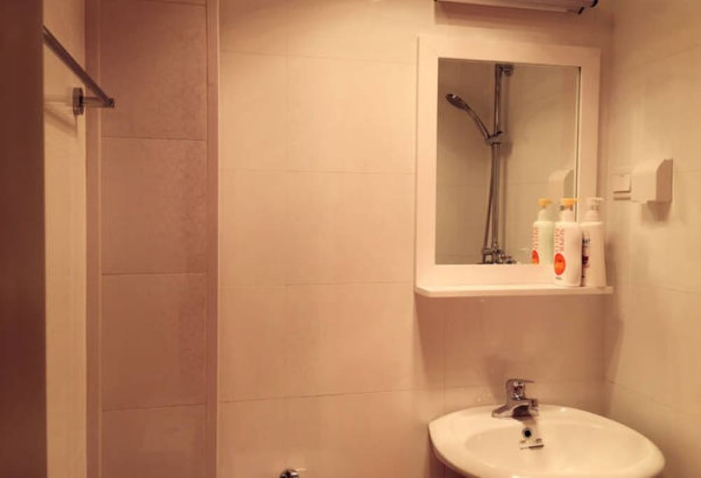 卫生间全素白,简单干净