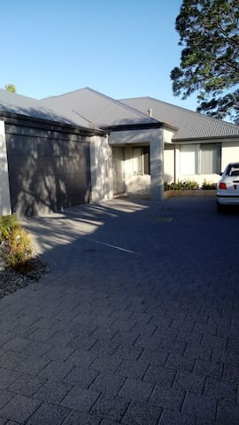 Queens Park home - 13 kms to city/8 kms to airport