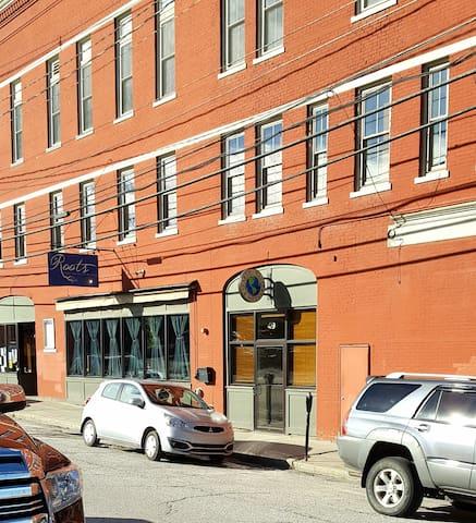 Bright & Contemporary Downtown Rutland apartment
