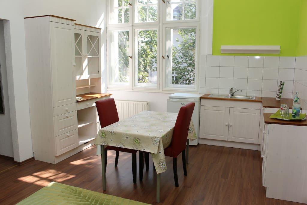 Wohn-Essbereich mit kleiner Küche
