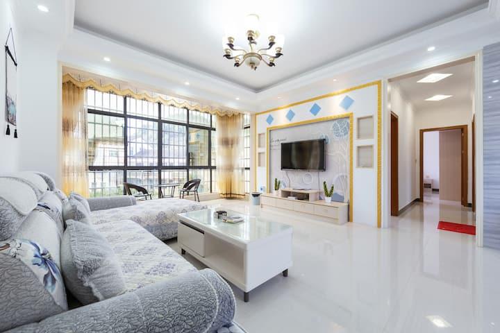 全新商品房三室两厅,两厕一厨,简约风,干净整洁,离景区近,品牌家电,带阳台的房间,让你倍感温馨,舒适