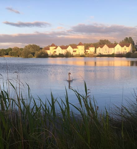 Cotswold Water Park, luxury lakeside home, hot tub
