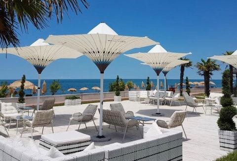 Luxury Dreamland Oasis