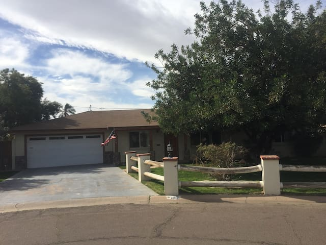 College Experience Home!  Cozy house next to ASU - Tempe - House