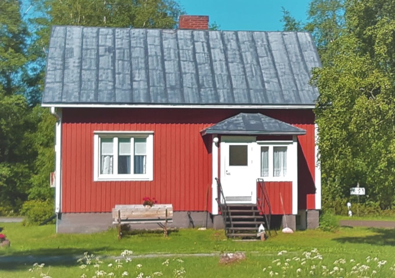 The Fisherman's house is in the outskirts of Molpe. The house is close to the finnish nature, a calm and safe environment of green trees and bushes. The coast is only 2 km away. You can drive, walk, bike to the cozy sea restaurant or visit an island.