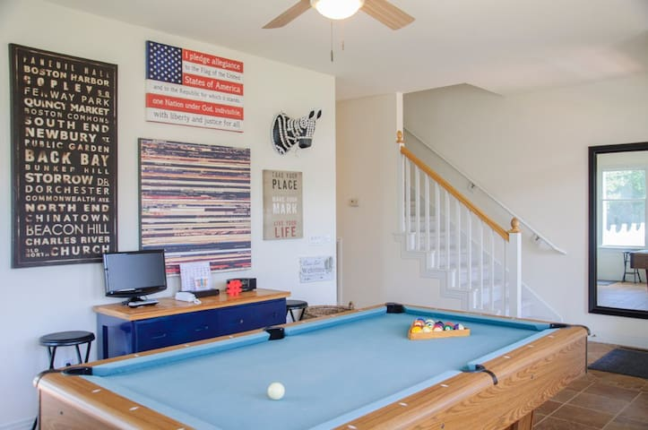 C'mon in! This is the first room you enter! Wanna play? First floor rec room with pool table and TV. Ceiling fan and surrounded by windows to add fresh Carolina air.