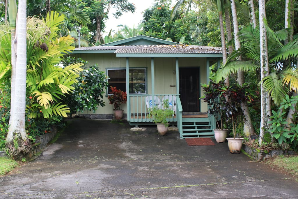 Private cottage with new lanai--five minute walk to ocean
