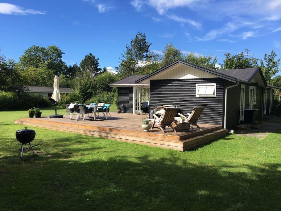 Lyst og hyggeligt sommerhus med k mpe have cottages for for Med cottages