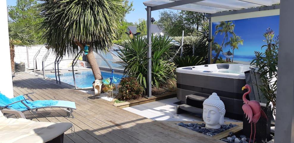 Villa avec piscine couverte et chauffée et son spa