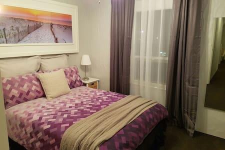 2BD Glenelg Apartment. Sleeps 5. - Apartment