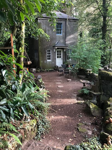 Whimsical Vintage Elk Rock Cottage
