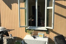 Åpent kjøkkenvindu mot hagen