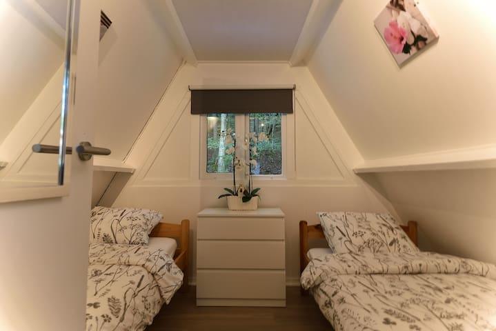 Slaapkamer achterzijde met 2x eenpersoons bedden (90x200) met nieuwe matrassen voor heerlijke nachtrust.  Rear bedroom with 2x single beds (90x200) with new mattresses for a great night's sleep.