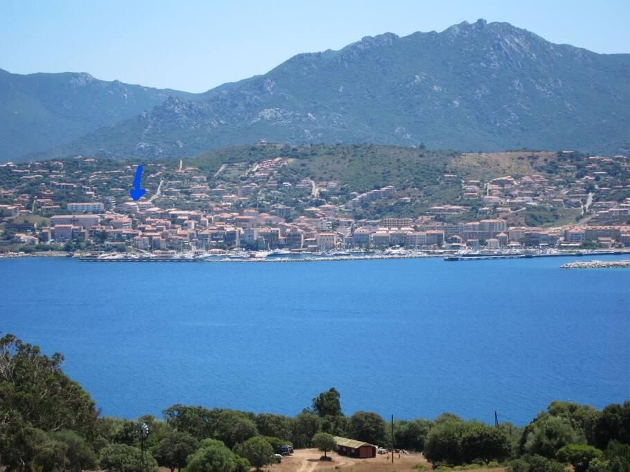 Vue générale de Propriano depuis Olmetto. la flèche bleue indique l'emplacement du logementà 5 mn à pieds du port