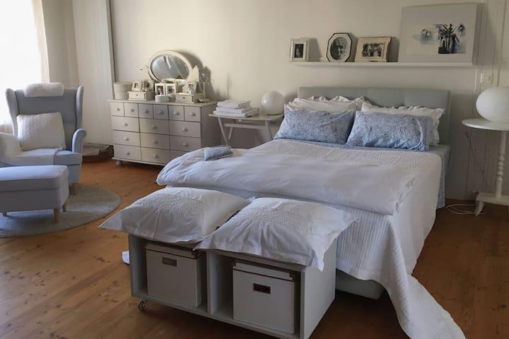 Helles  Schlafzimmer mit eigenem bad