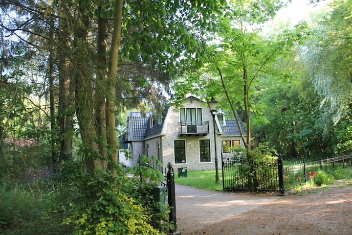 Vrijstaande villa in het bos