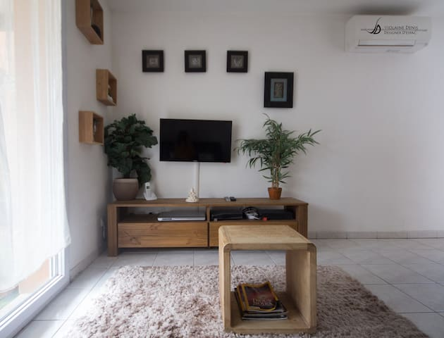 TV HD , acces freebox TV + de 200 chaines, lecteur DVD