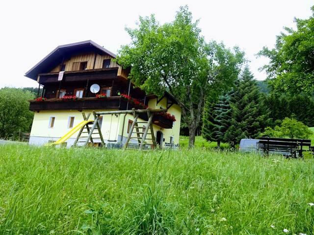 Haus mit Schaukel und Spielmöglichkeit
