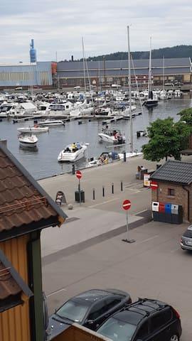 Leilighet ved havne med båtplass mulighet.