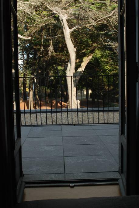 Le balcon privé de votre chambre avec vue sur le parc boise