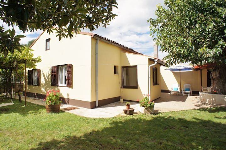 Nice house with large garden near Pula (5 km) and beach 300 m