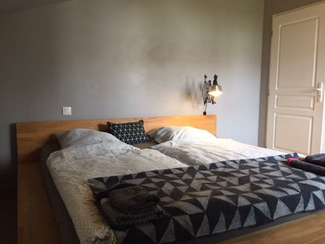 Nice small room with large bed in St.-Jean-de-Luz