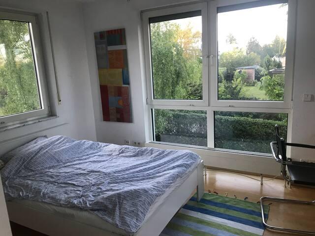 großes Einzelzimmer in schönem Haus mit Garten