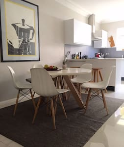 Modern & spacious terrace close to Sydney airport - Arncliffe