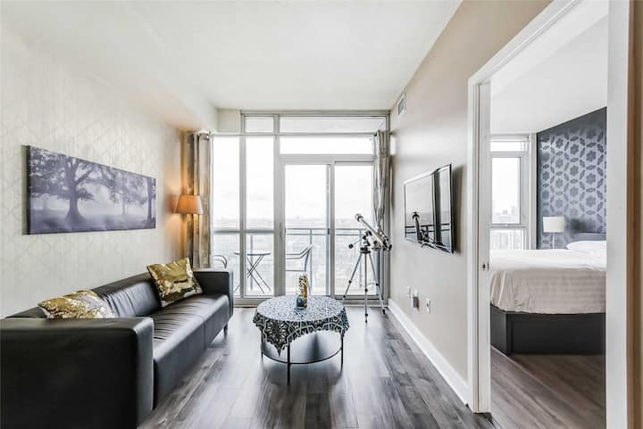 Entire suite, Toronto Downtown 1bd + Den, for June