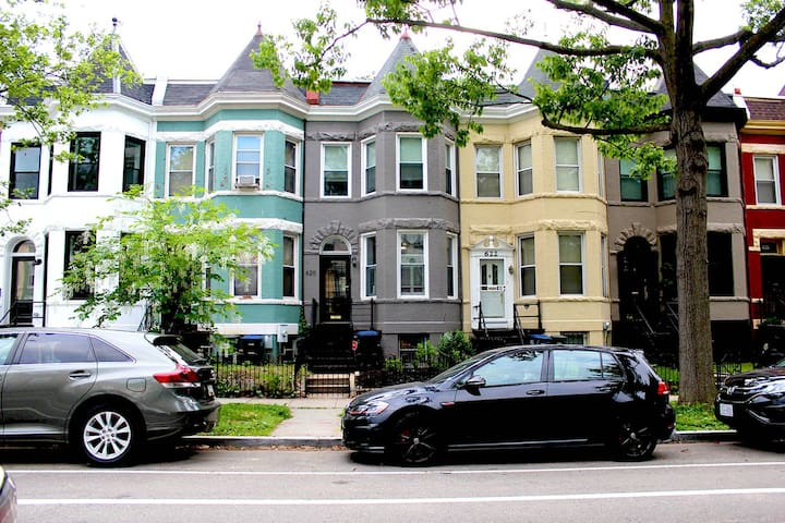 Cozy Capitol Hill Suite ☆ On-site Parking & Patio!