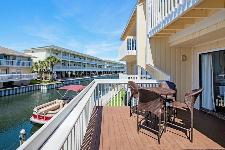 Pet-friendly Condo, Multiple pools, Private Wi-Fi, Walk to beach