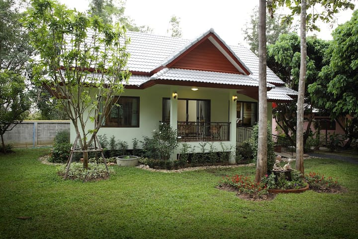 Hideaway Family House in the Garden**Breakfast** - Nong Han - Hus