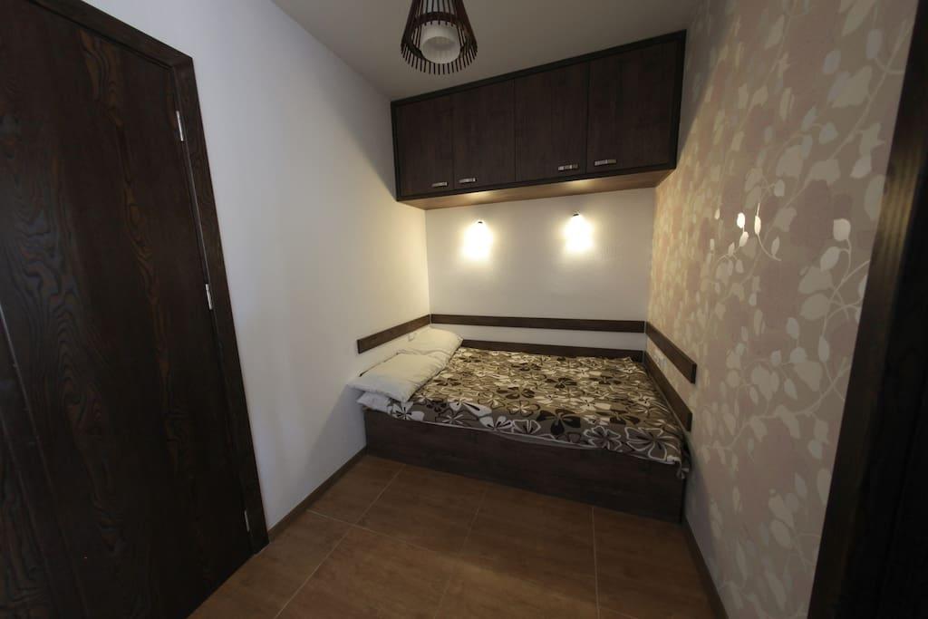 двуспальная кровать в гостиной