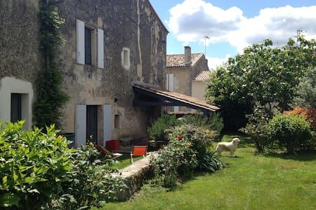 Maison d'artistes avec jardin - House