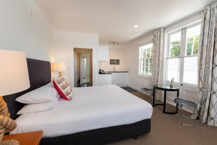 Harbour Views - Pohutukawa Suite - The Old Oak