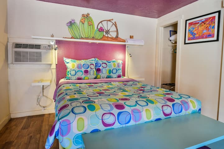 Lodge 7 - Downtown location. Studio with shared hot tub. No Cleaning Fee.