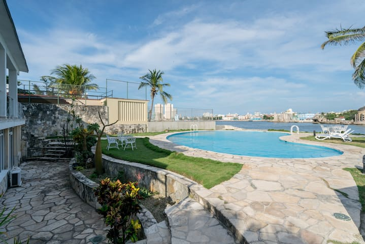 Luxury Miramar ( water front, WiFi, jacuzzi, pool)