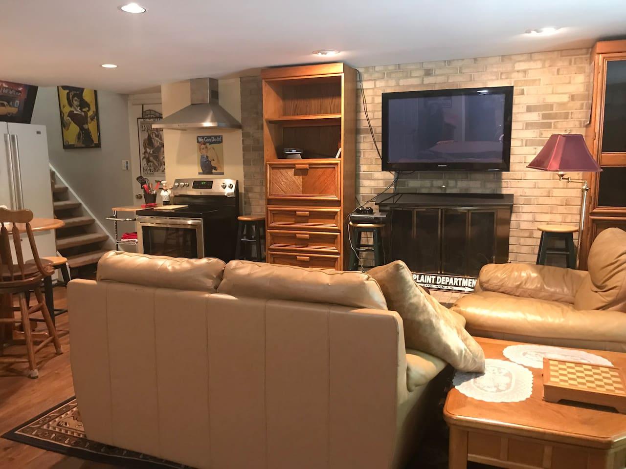 Living Room open floor plan with full kitchen. FIOS TV.