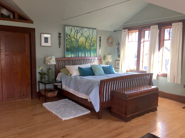 Master Bedroom Retreat with Sun Deck-near west