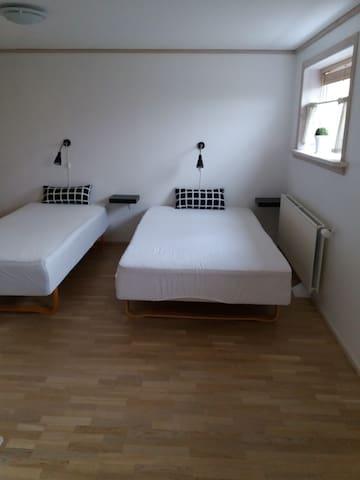 Værelse 2, den ene seng er 140x200 og den anden 90x200 cm