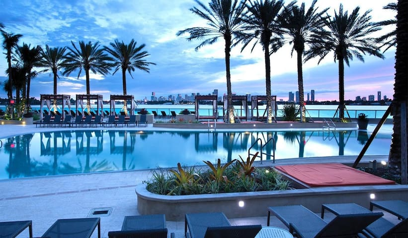 Private room in heart South Beach! Great location.
