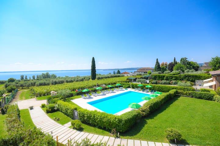 Casa Petra e Franco · Deluxe 3 bedrooms apt with lake view, pool, garden -Corte Ferrari-