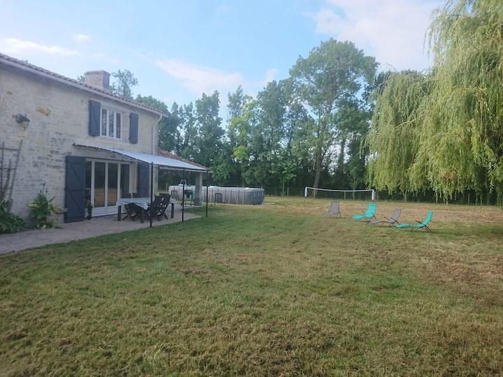 Maison charentaise située au milieu des champs